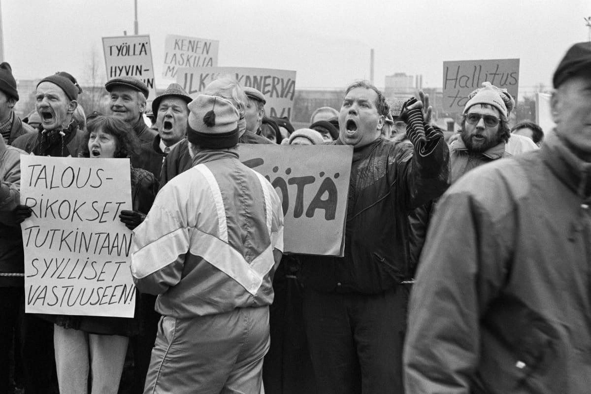 Työttömien Murrostorstai suurmielenosoitus eduskuntatalolla maaliskuussa 1993.
