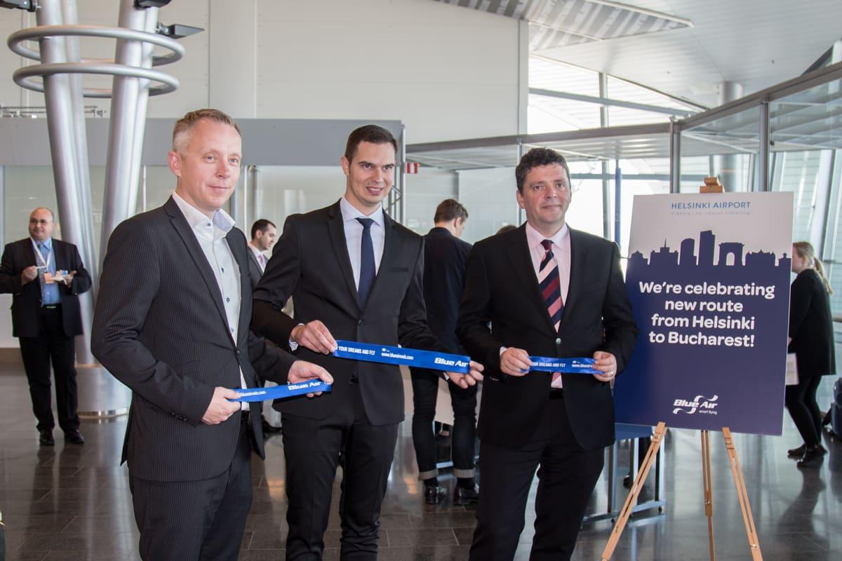 Helsinki-Vantaan johtaja Ville Haapasaari, Blue Airin reittikehitysjohtaja Vlad Christescu ja Romanian suurlähettiläs Razvan Rotondu