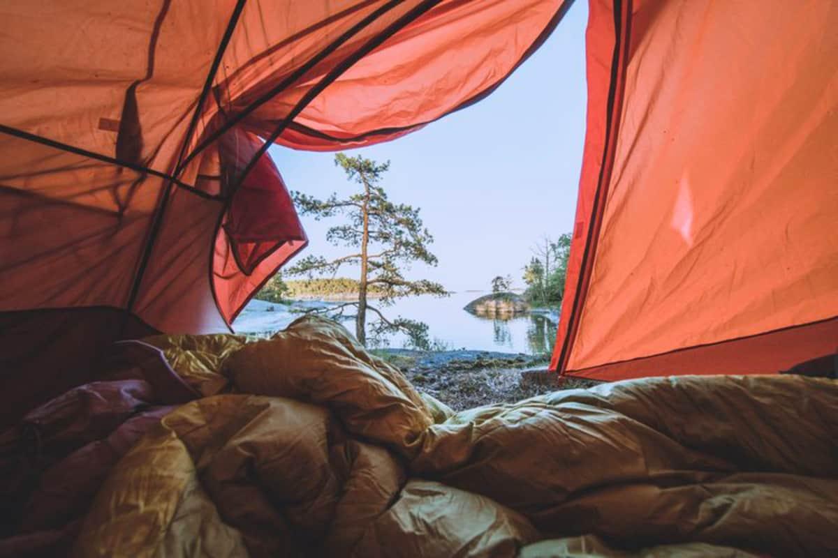 Näkymä teltan suuaukosta merelle