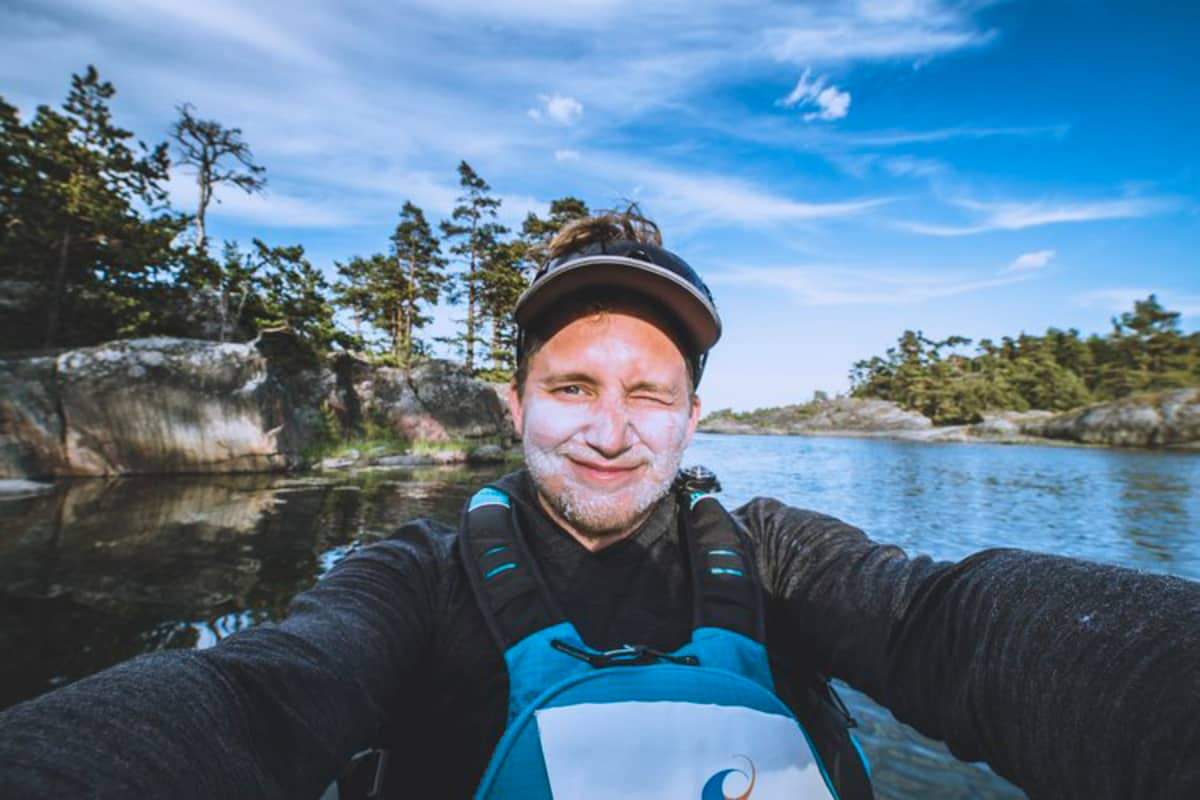 Timi Hellman selfiessä sup-laudalla