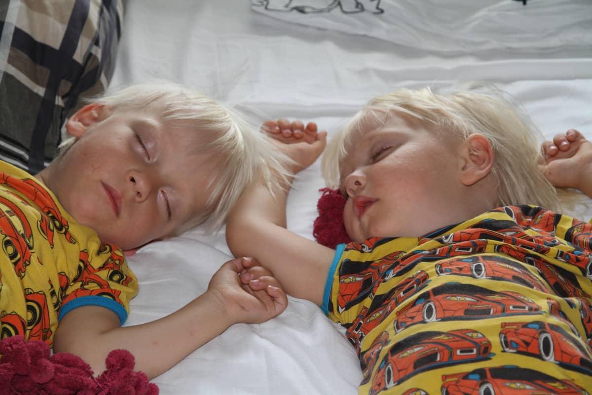 pojat nukkuvat