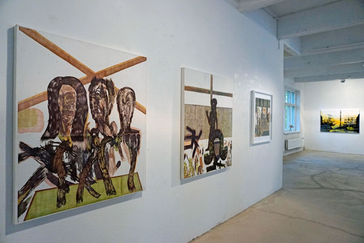 Puupiirroksia ja maalauksia Villa Roosan kesänäyttelyssä.