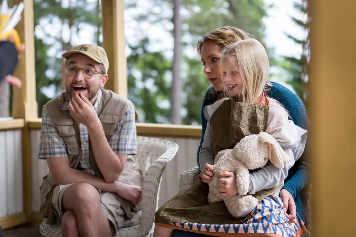 Näyttelijät  Joonas Nordman, Niina Lahtinen ja Emily Shipway