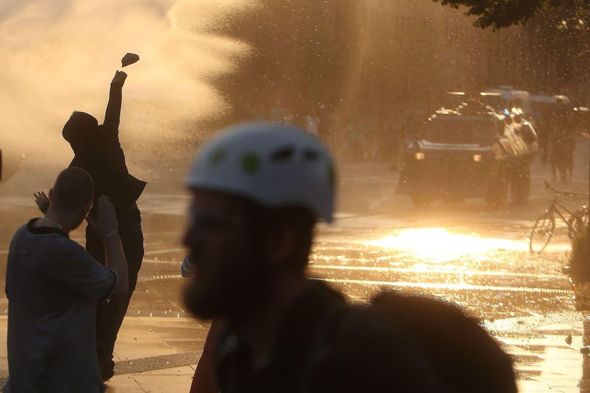 Mielenosoittajat heittelivät kiviä mellakkapoliisia kohti Hampurissa 7. heinäkuuta.