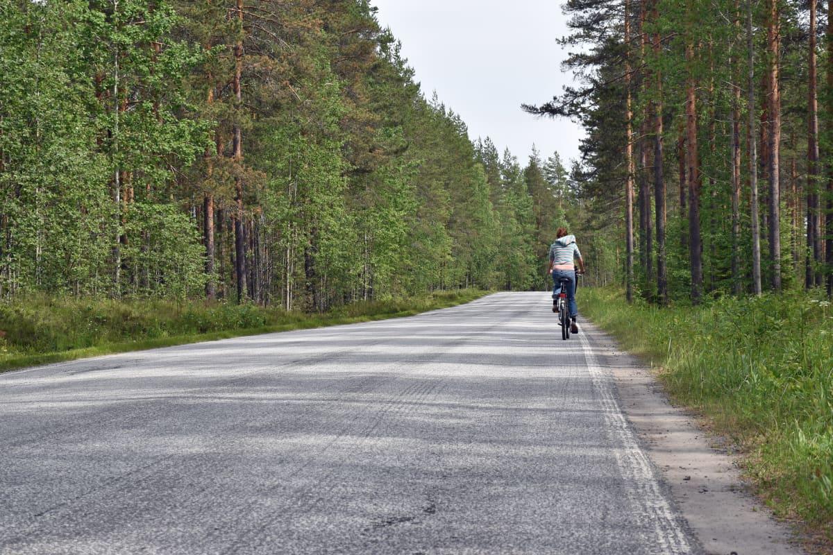 Polkupyöräilijä Punkaharjuntiellä.