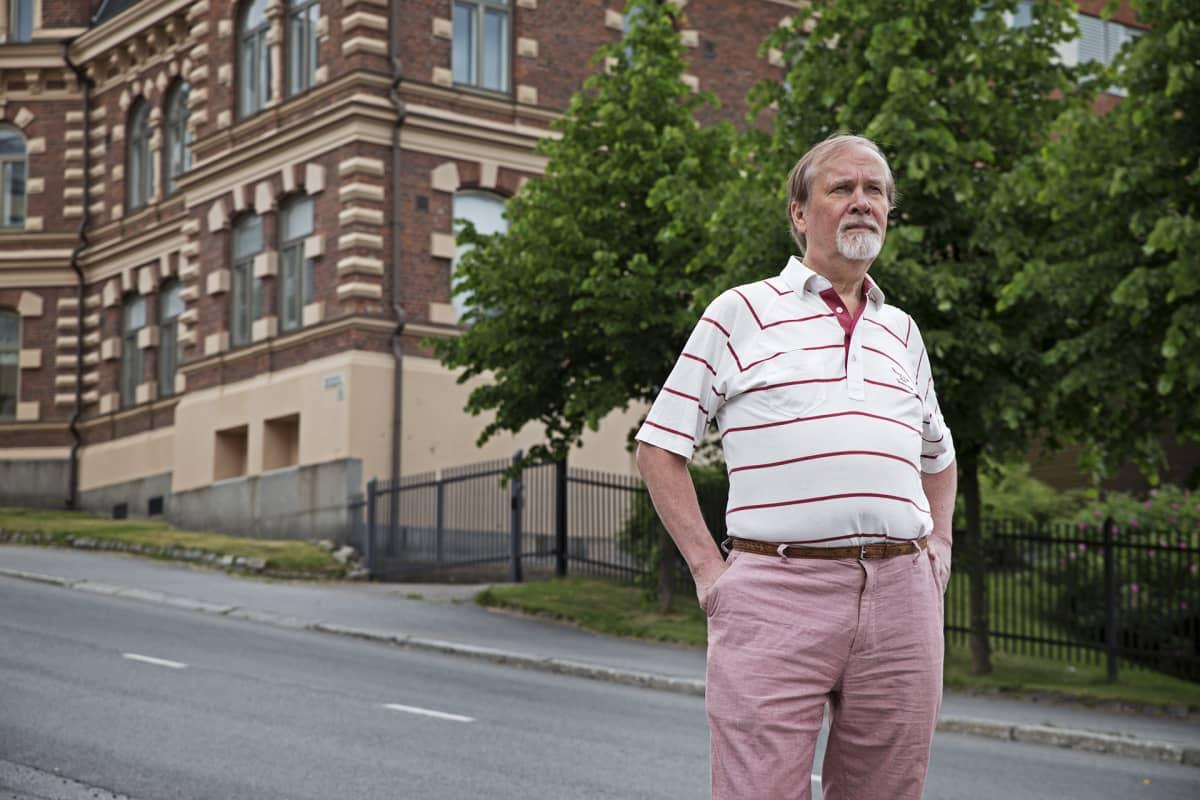 Viria Oy:n hallituksen puheenjohtaja Vesa Routamaa taustallaan Anvia-yhtiön entinen konttori.