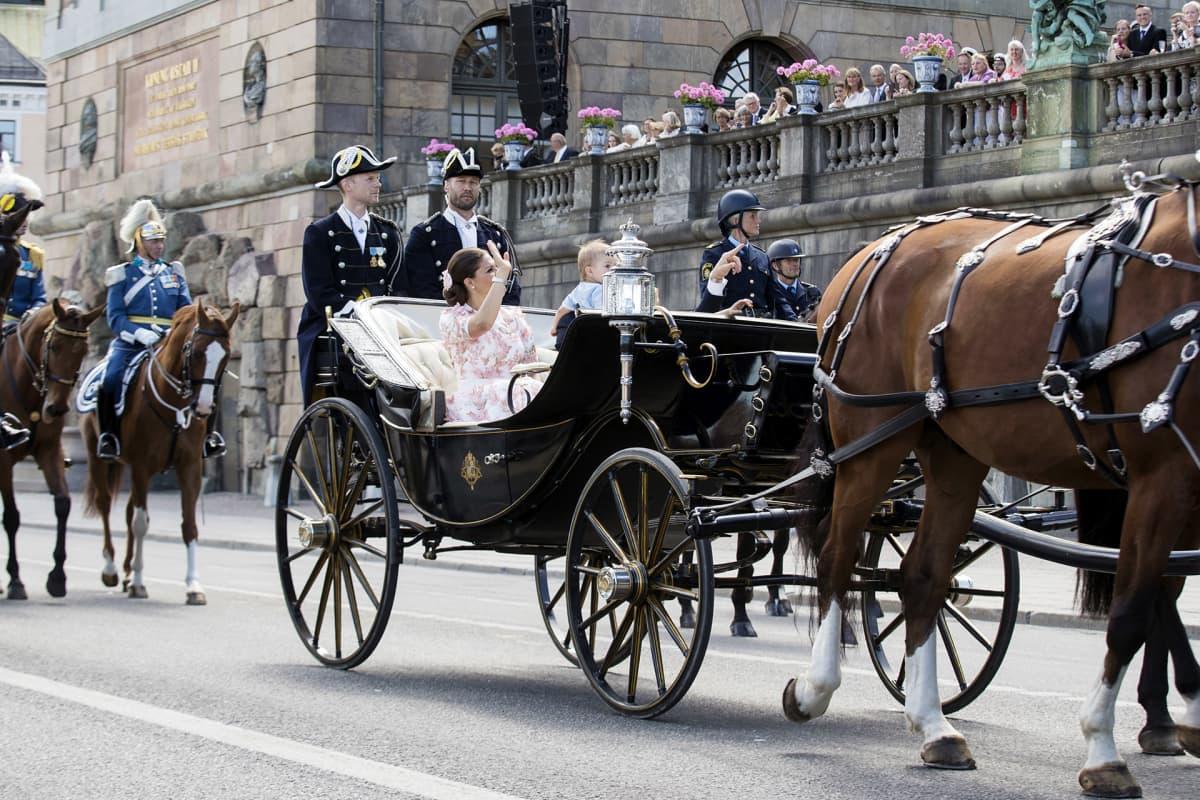 Kruununprinsessa Victorian juhlapäivän ohjelmaan kuului hevoskärryajelu.