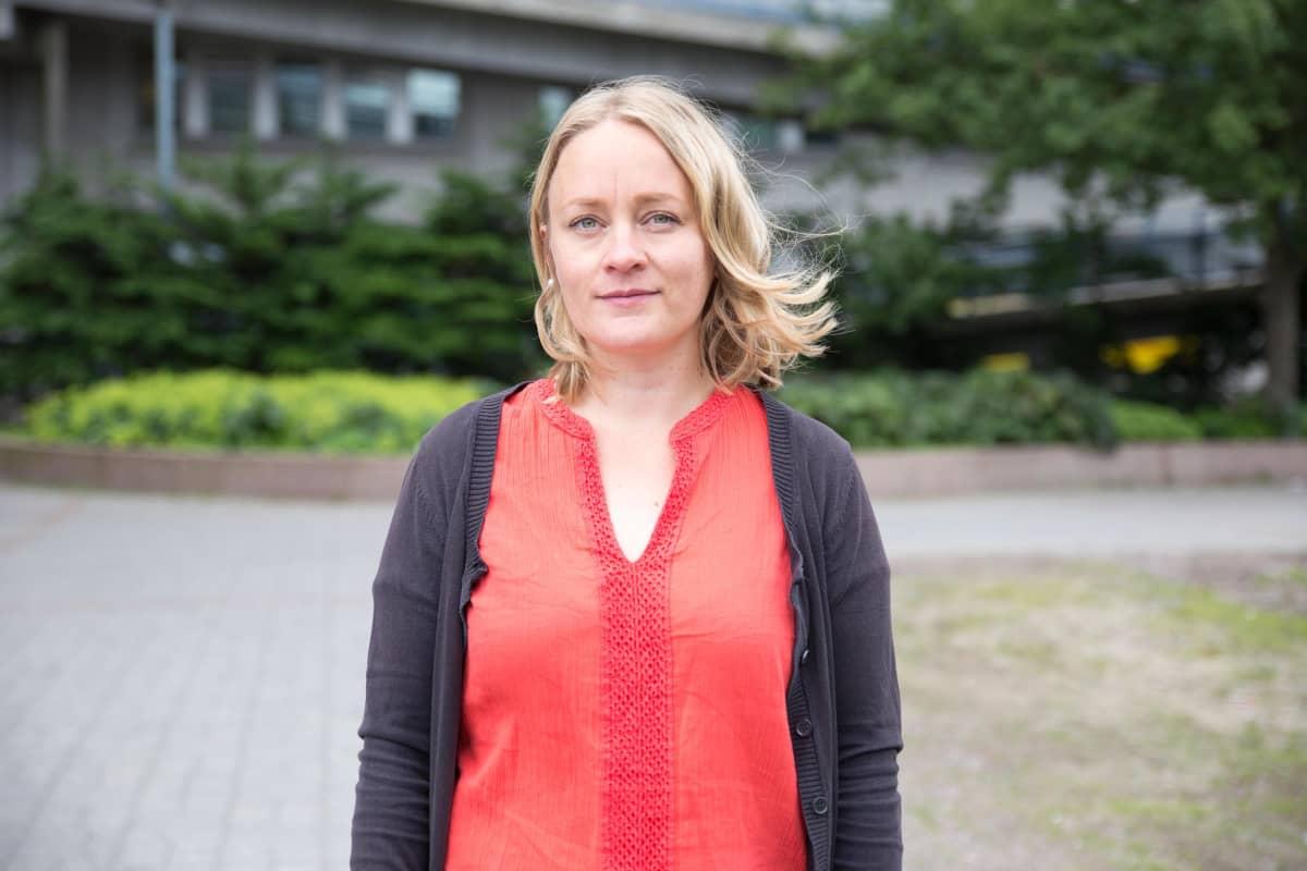 Espoon kaupungin ympäristötarkastaja Hanna-Mari Torniainen seisoo virastotalon edessä.