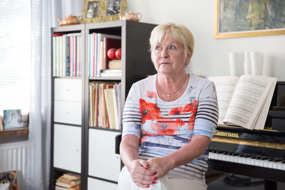 Marja Vuorilehto istuu pianon edessä kodissaan.