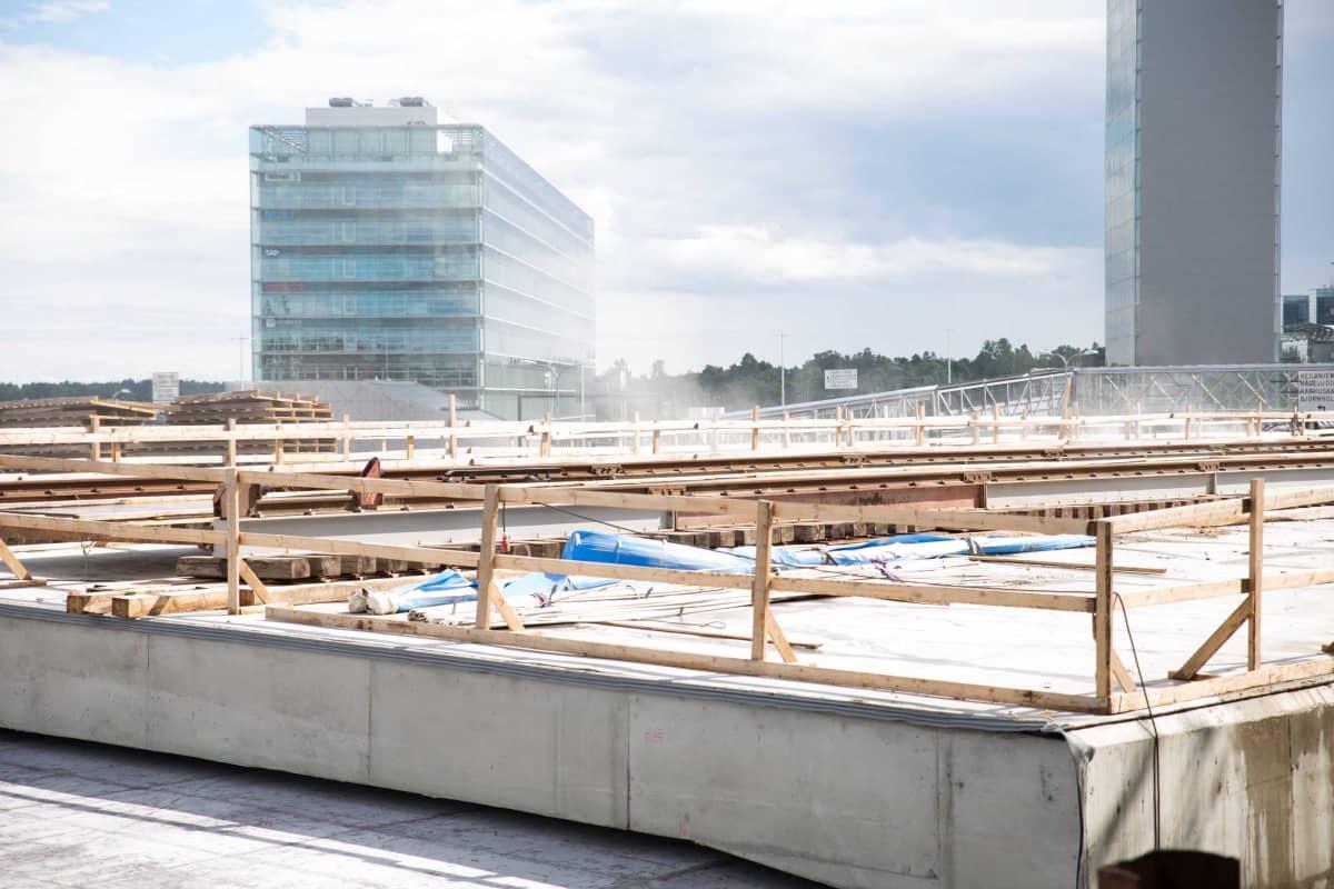 Kuva rakennustyömaalta Espoon Kehä Yhdeltä. Rakennuspölyä leijailee tuulen mukana ilmassa.