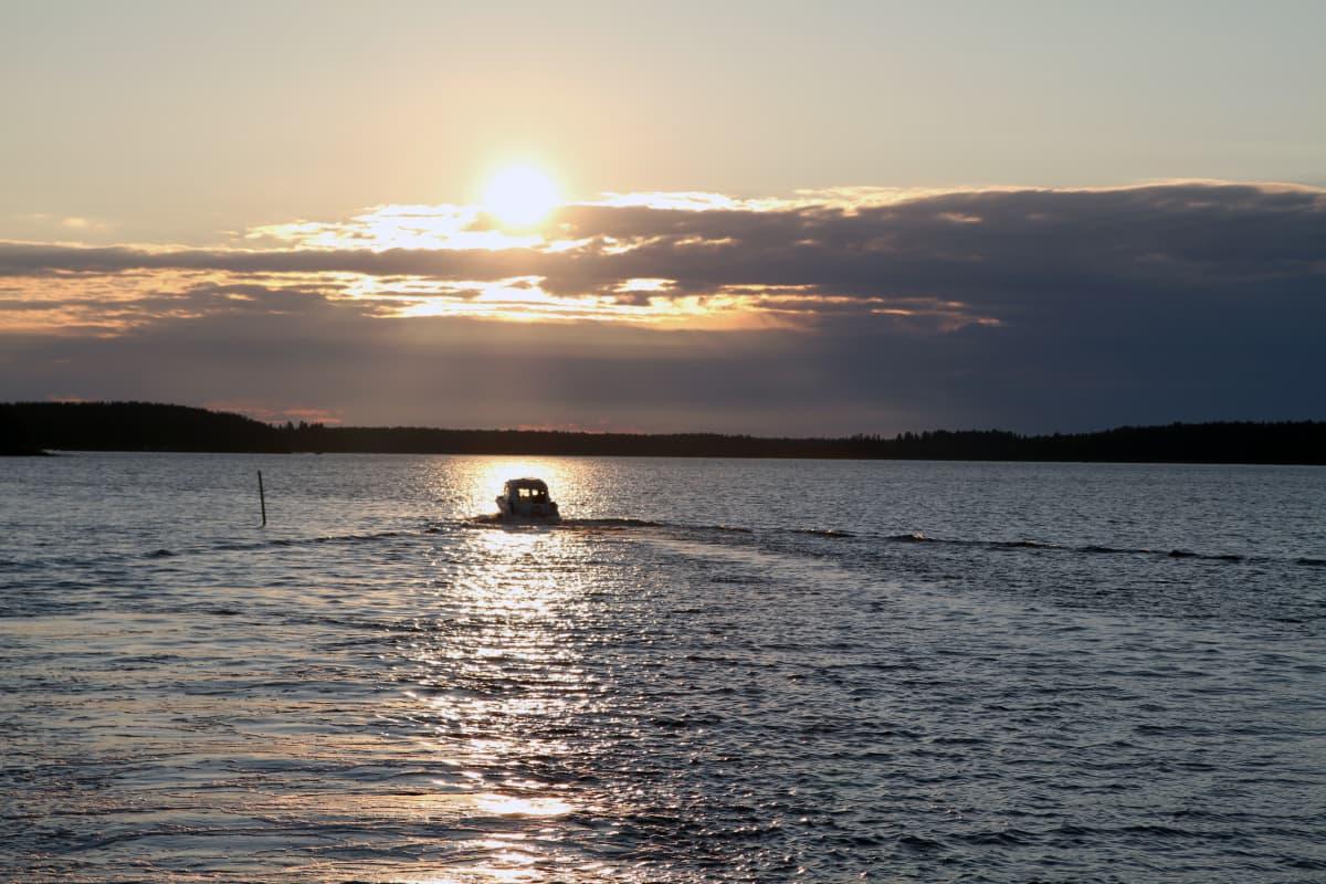 Aurinko laskemassa Åminnessa