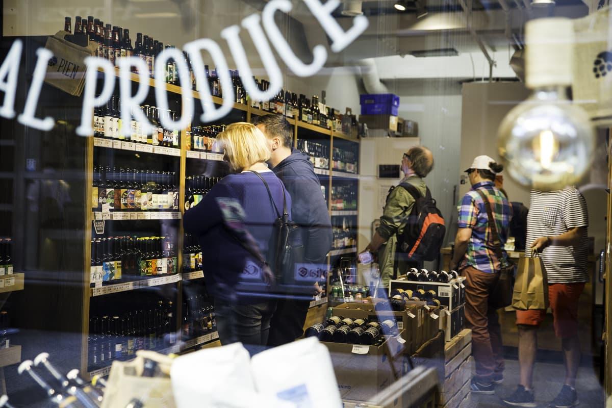 Asiakkaita Pien olutakaupassa