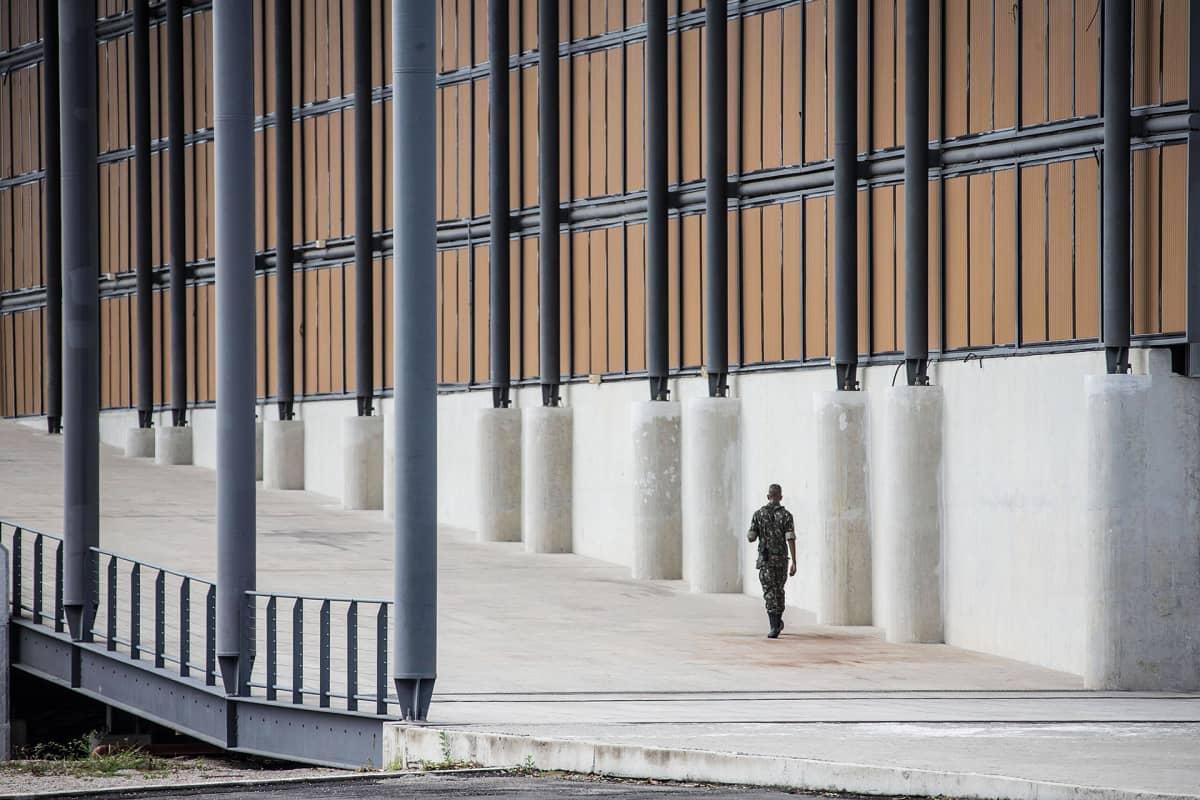 Sotilas kävelee  Deodoron olympiapuistossa.