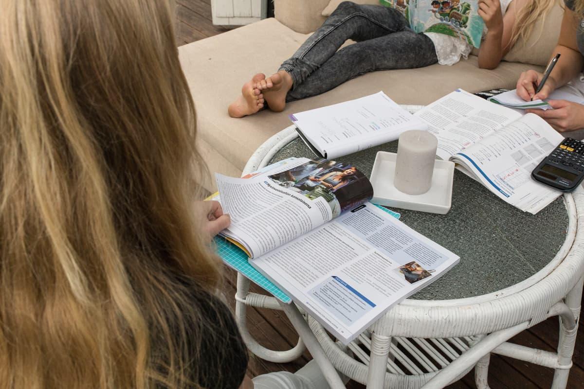 Tytöt tekevät läksyjä.
