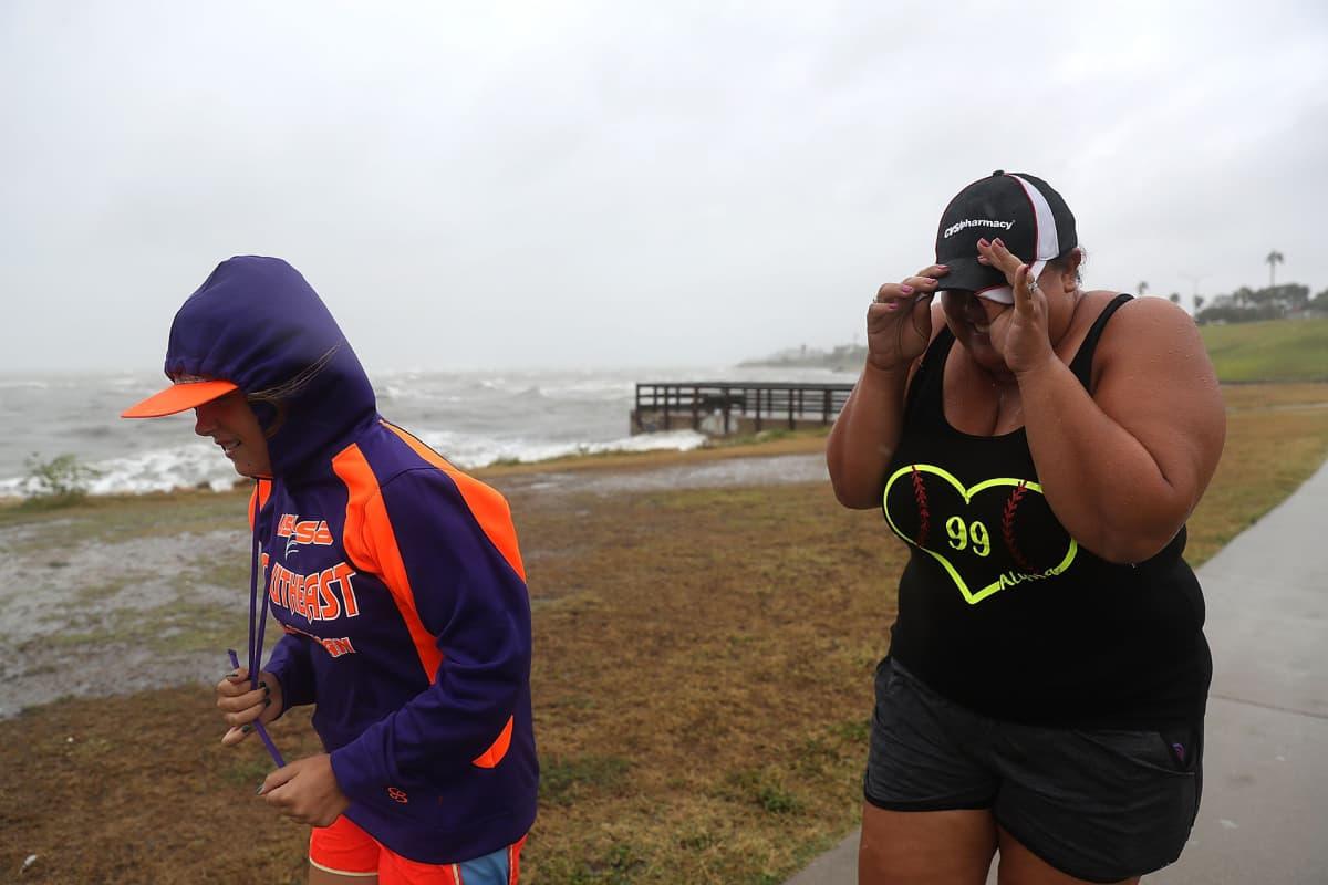 Andrea Burdge ja Alyssa Burdge kävelivät myrskyssä Corpus Christin rannalla perjantaina 25. elokuuta.