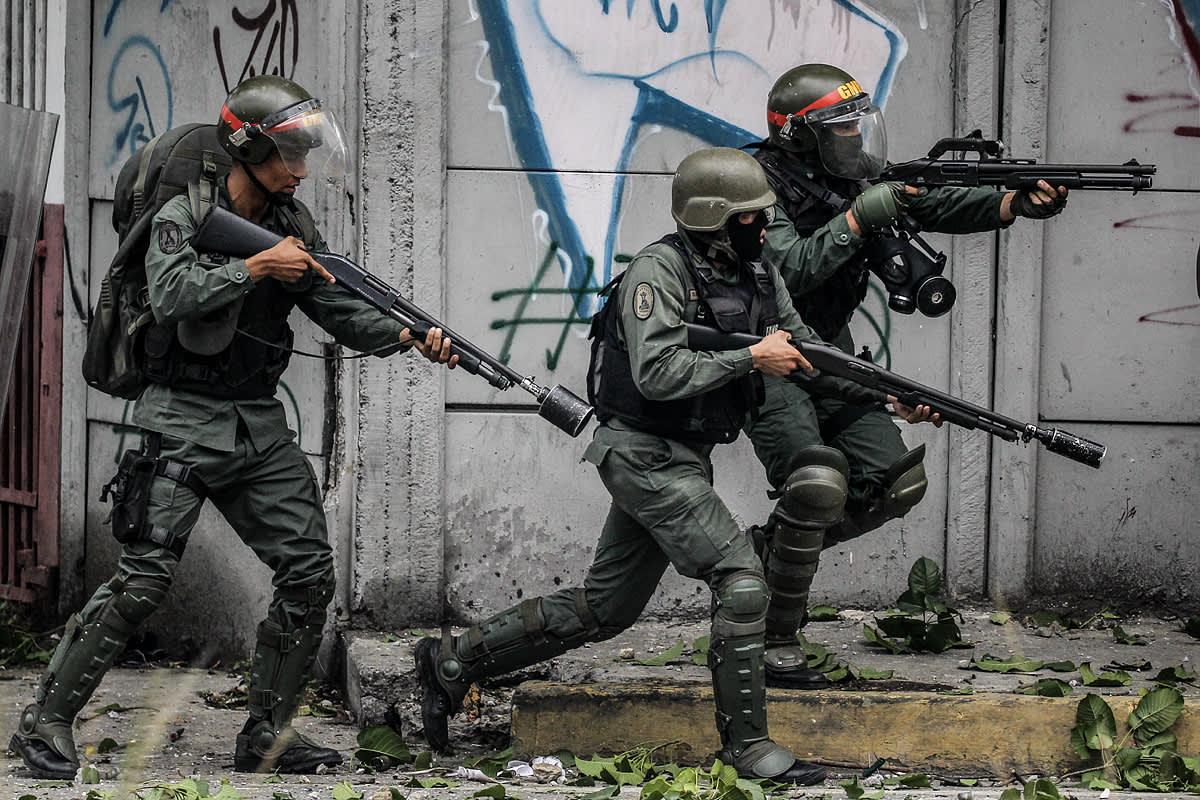 Kansalliskaartin aseistettuja sotilaita.