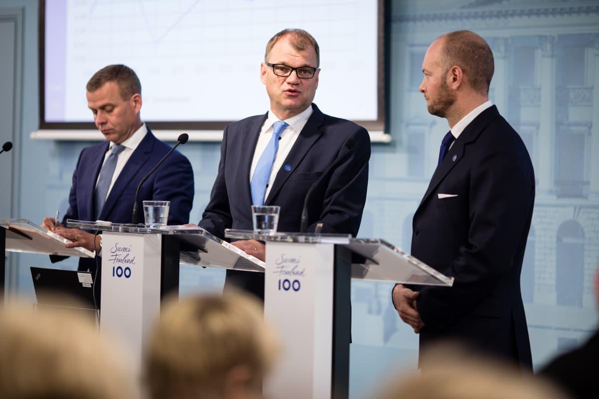 Tiedotustilaisuus, Petteri Orpo, Juha Sipilä ja Sampo Terho.