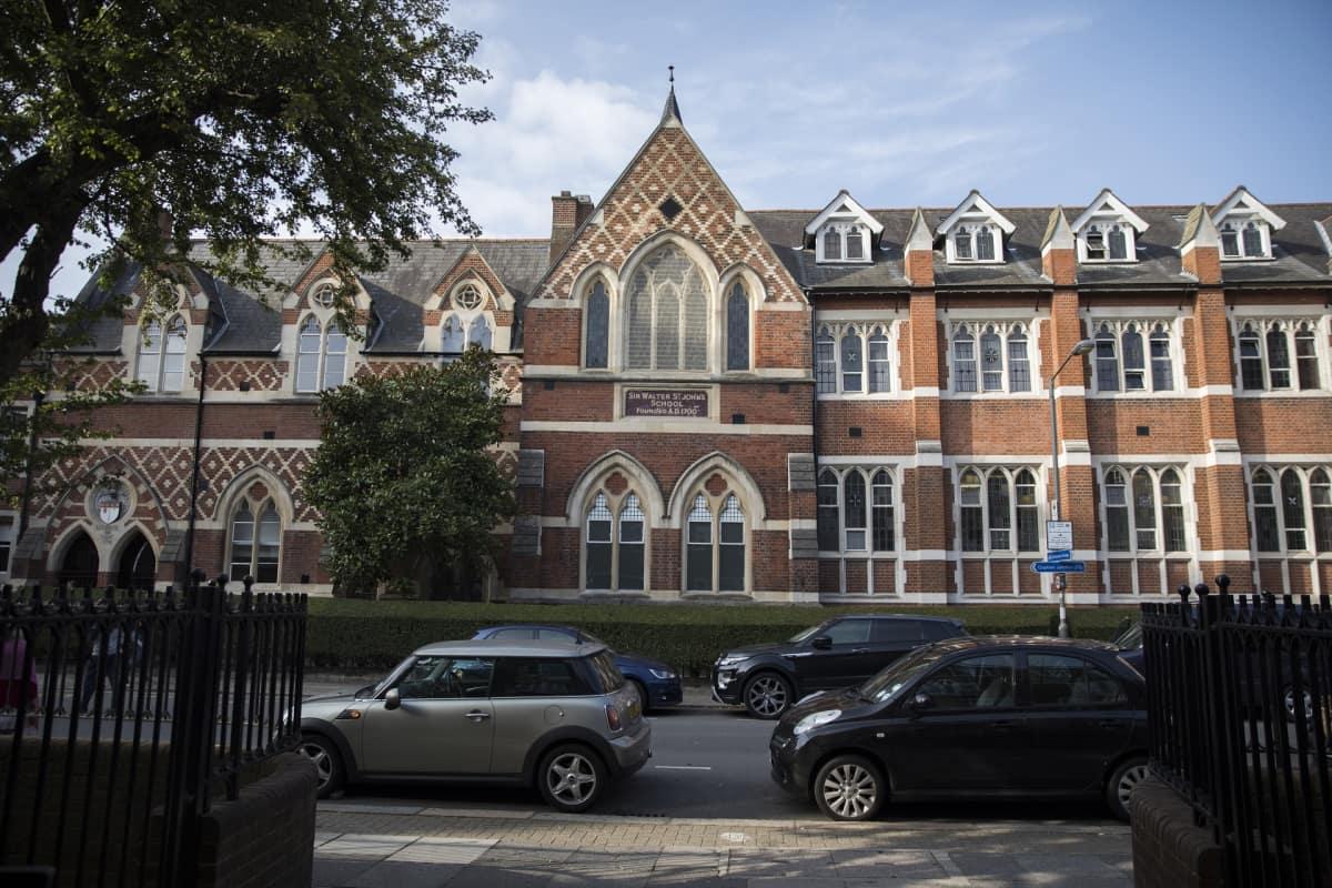 Punatiilinen koulurakennus.