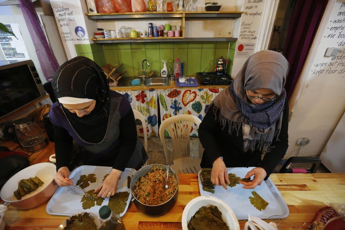 Syyrialaisia pakolaisnaisia valmistamassa ruokaa maailman pakolaispäivänä Istanbulissa.