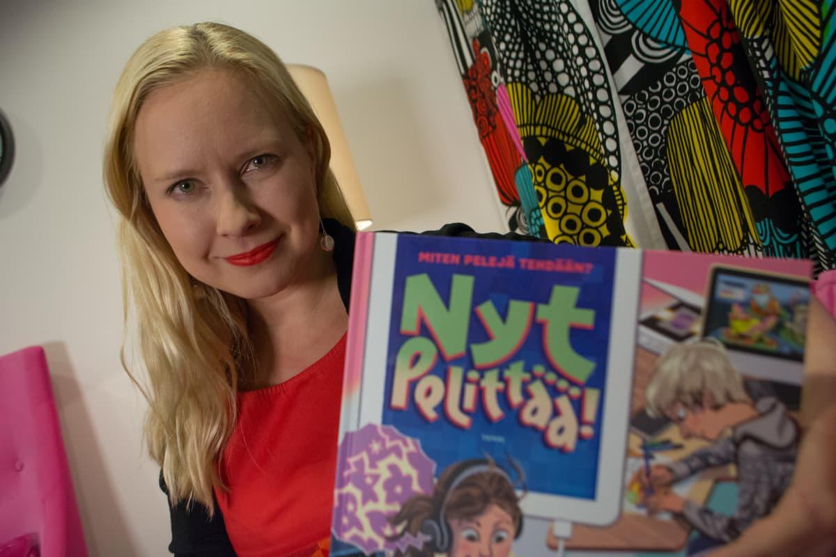 Toimittaja ja tietokirjailija Elina Lappalainen