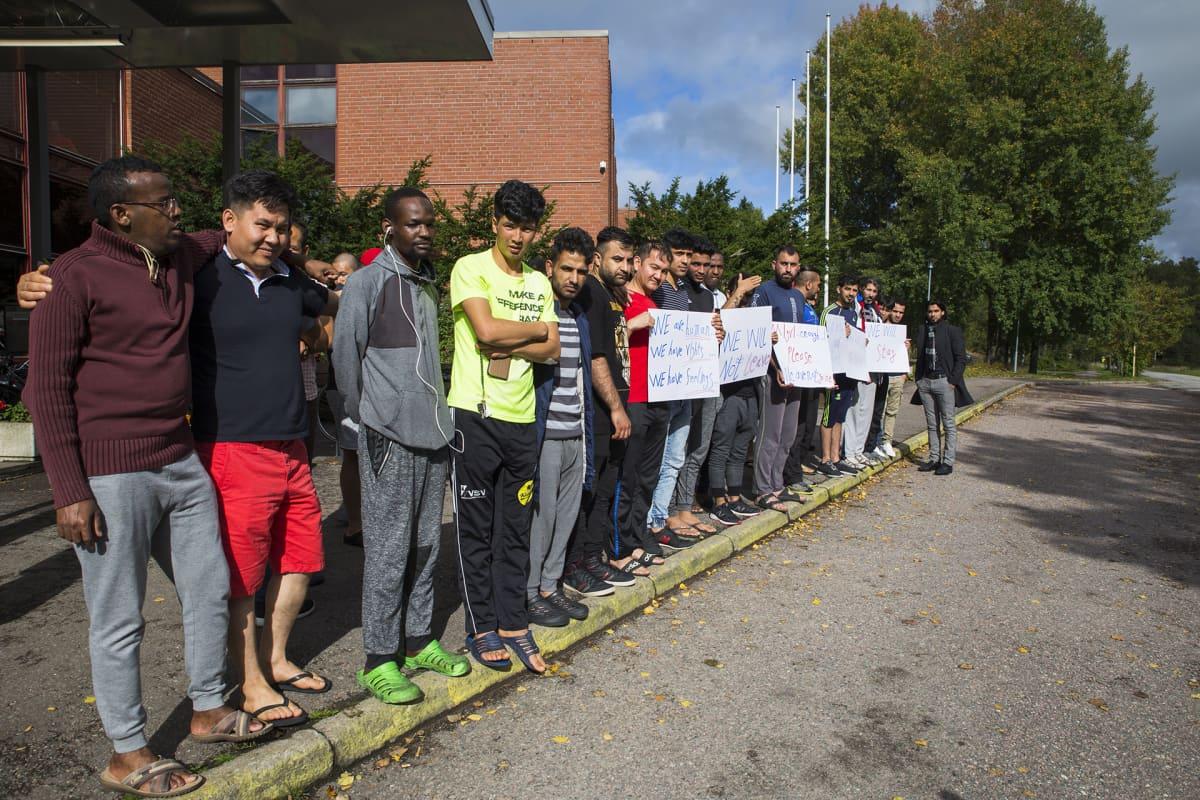 Evitskogin vastaanottokeskuksen asukkaita osoittamassa mieltään vokin lopettamista vastaan.