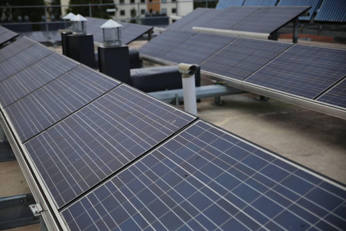 Aurinkopaneelit ovat jäänet puoleen arvioidusta tuotannosta.