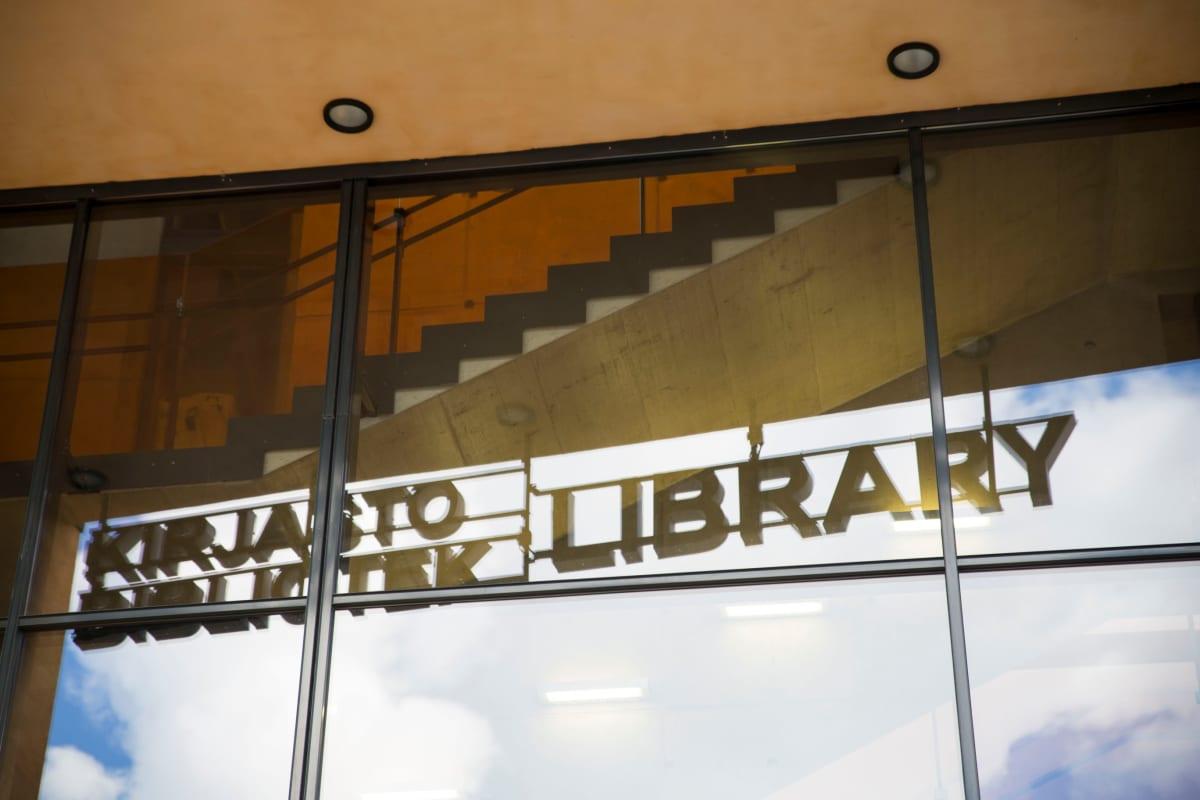 Ostoskeskus Entressen yhteydessä oleva kirjasto Espoon keskustassa.
