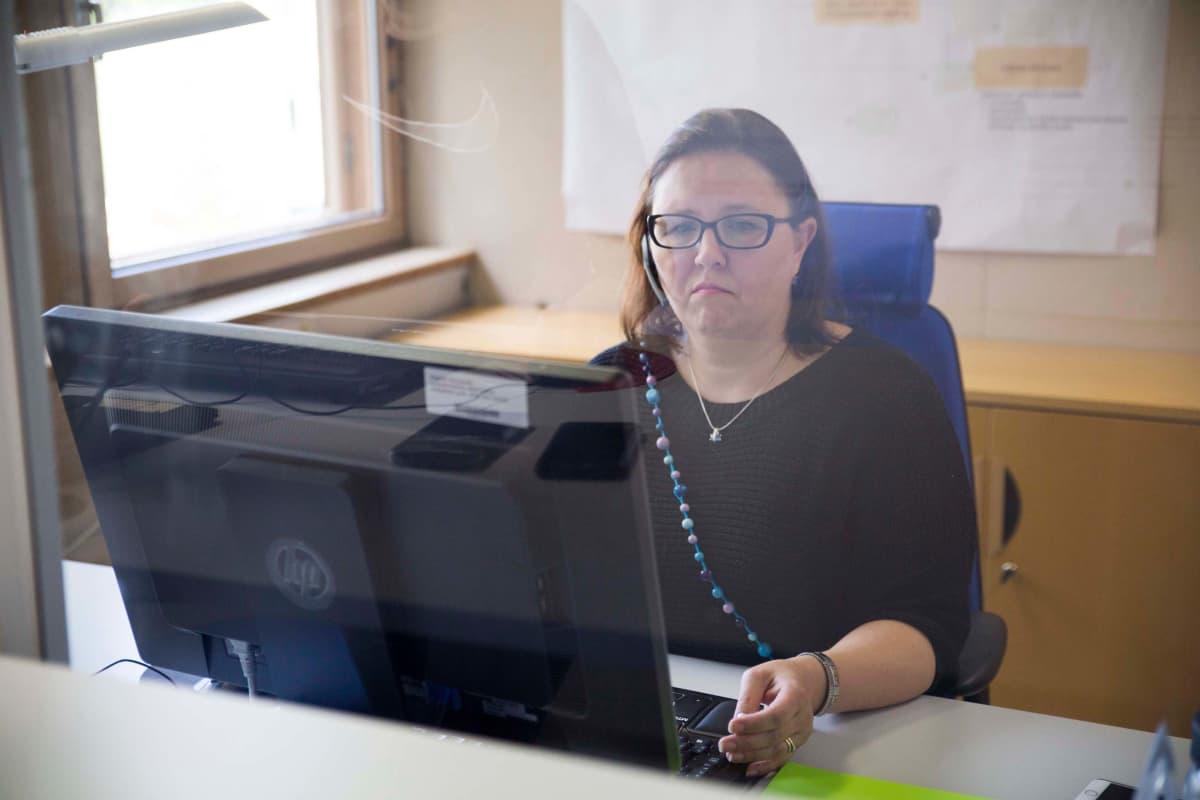 Espoon kaupungin palveluneuvoja Charlotta Lönnqvist työssään.