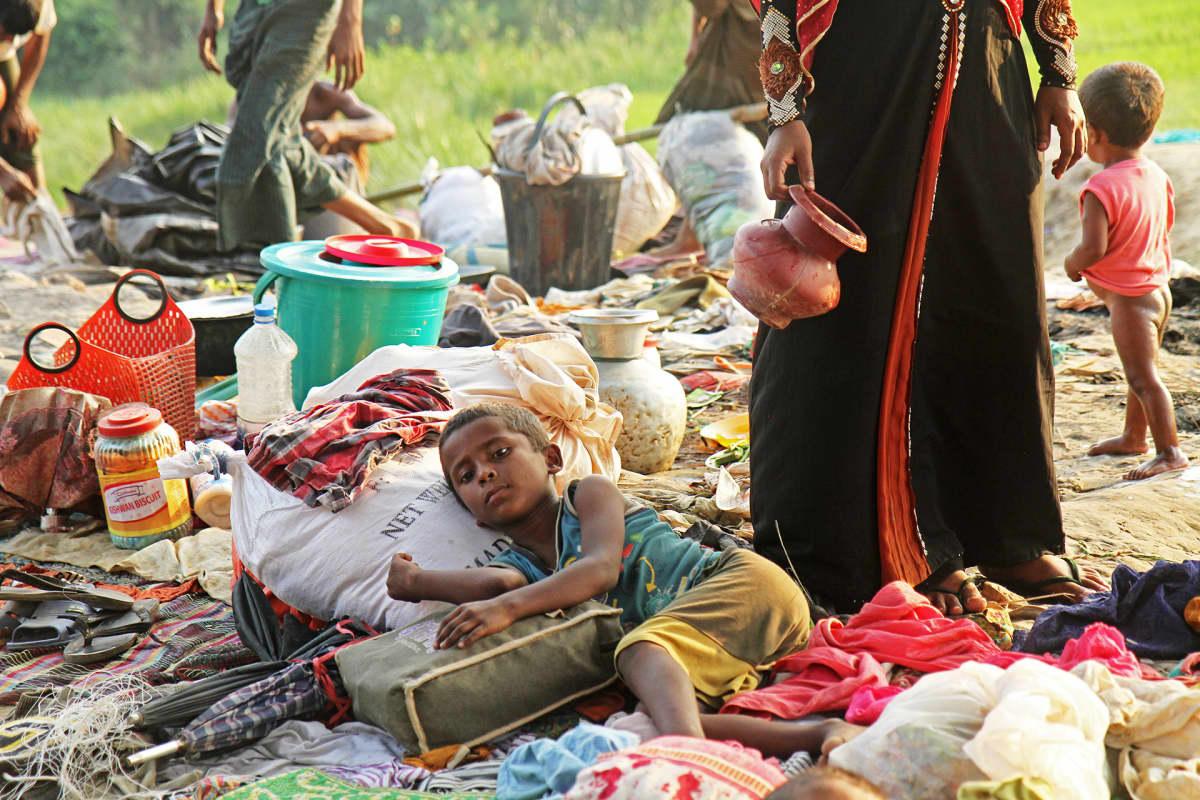 Rohingya-pakolaislapsi makaa maassa.