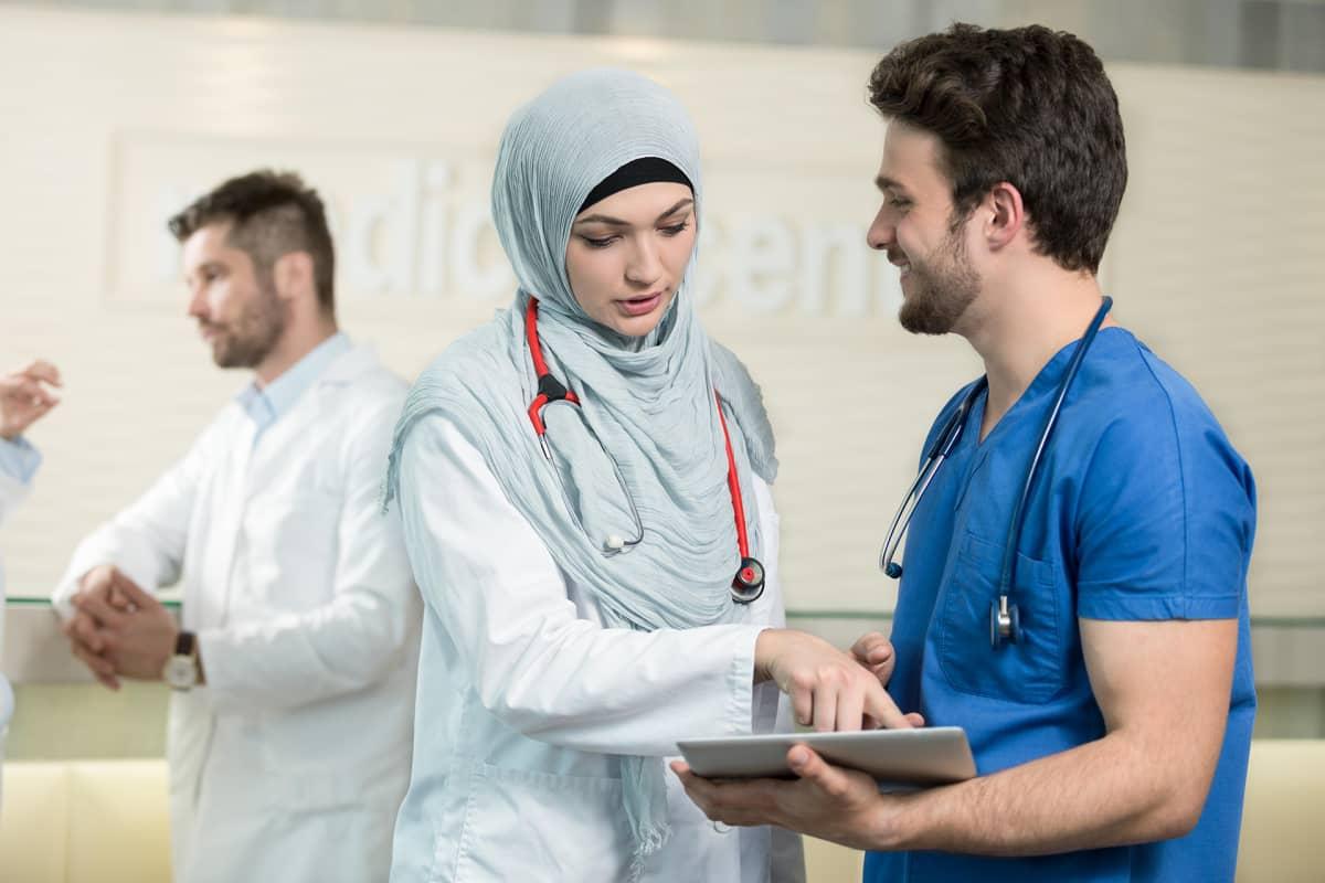 Lääkäri käyttää tablettia.