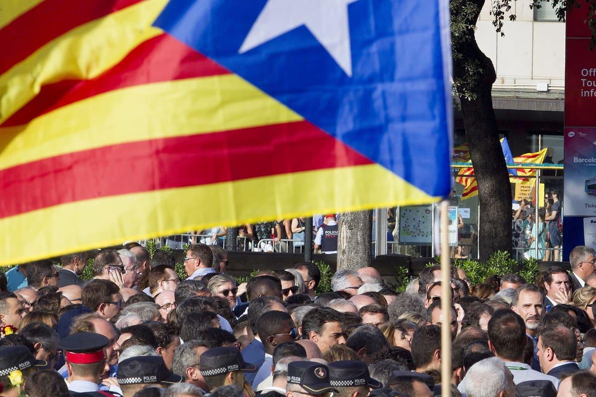 Katalonian lippu ja ihmisiä kadulla.