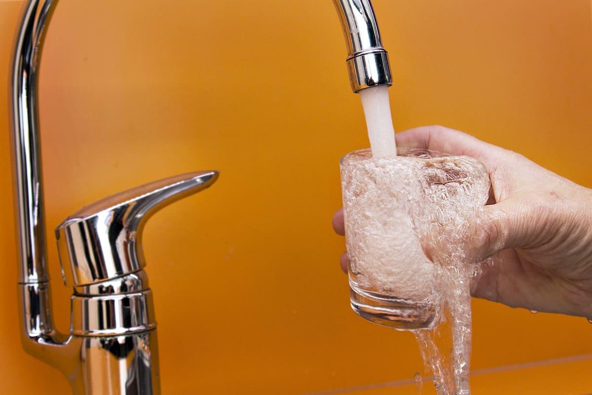 Vettä tulee kraanasta lasiin.