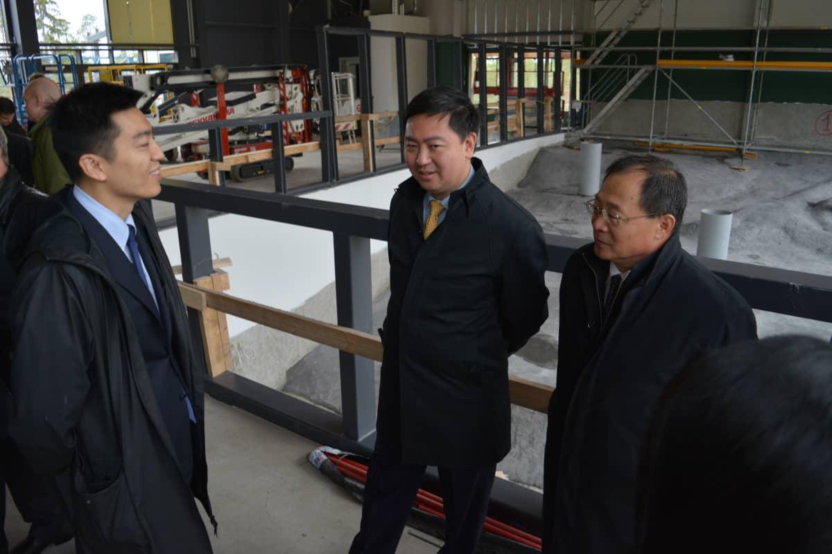 Kiinan suurlähettiläs Chen Li tutustumassa pandataloon