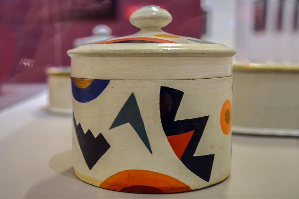 Tuntematon taiteilija, Dekoratiivinen Instituutti, geometrinen astiasto, Venäläisen taiteen museo
