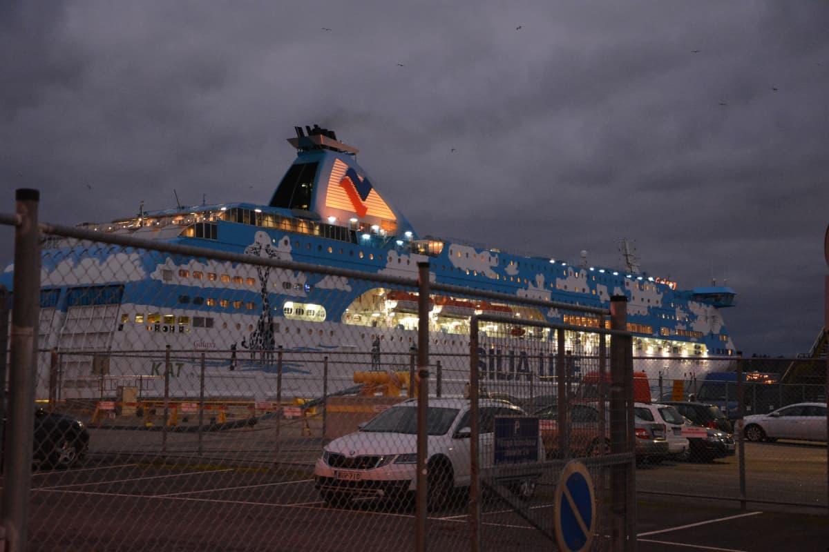 Silja Galaxy lähtee Turun satamasta.