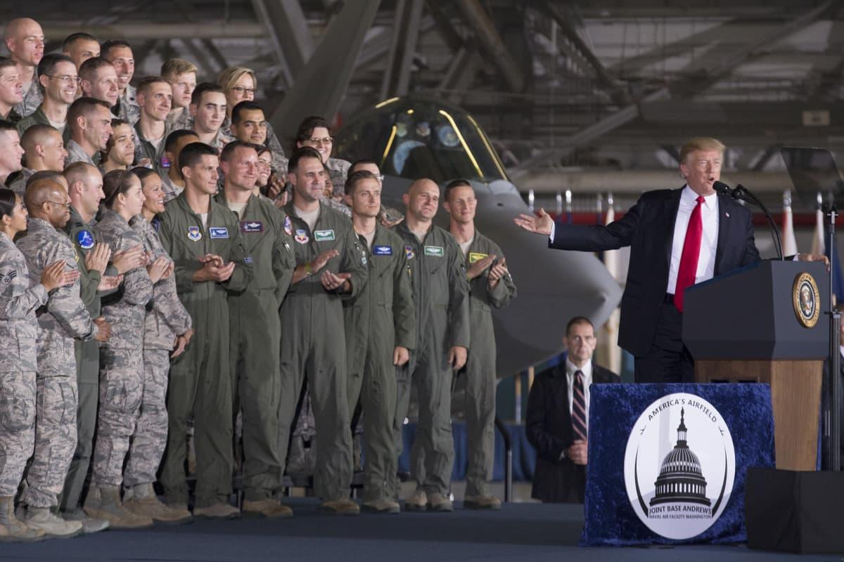 Trump ja joukko sotilaita
