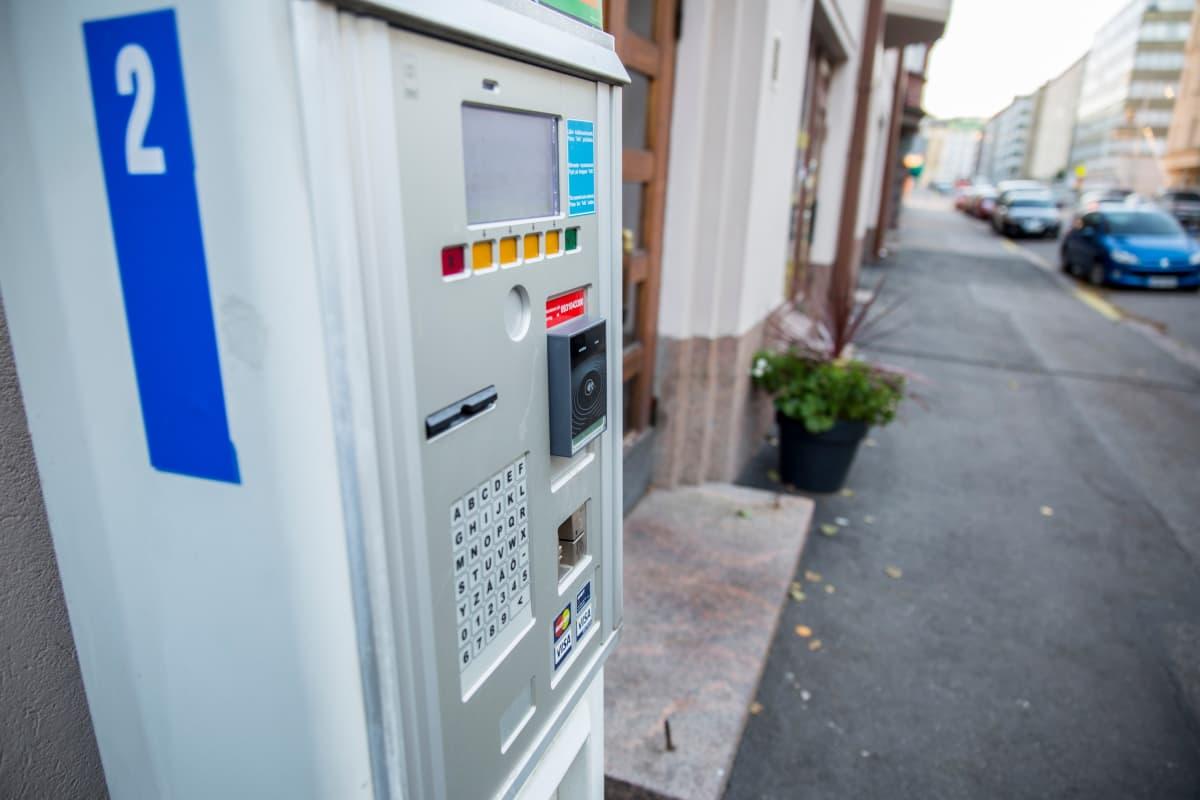 Pysäköintilippujen lisäksi automaatista voi ostaa kertalipun HSL-alueen busseihin, juniin ja raitiovaunuihin.