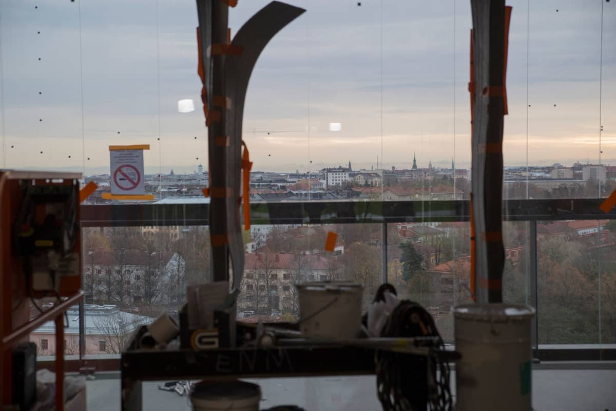 Seitsemännen kerroksen parvekkeelta avautuu näkymä yli Helsingin keskustan.