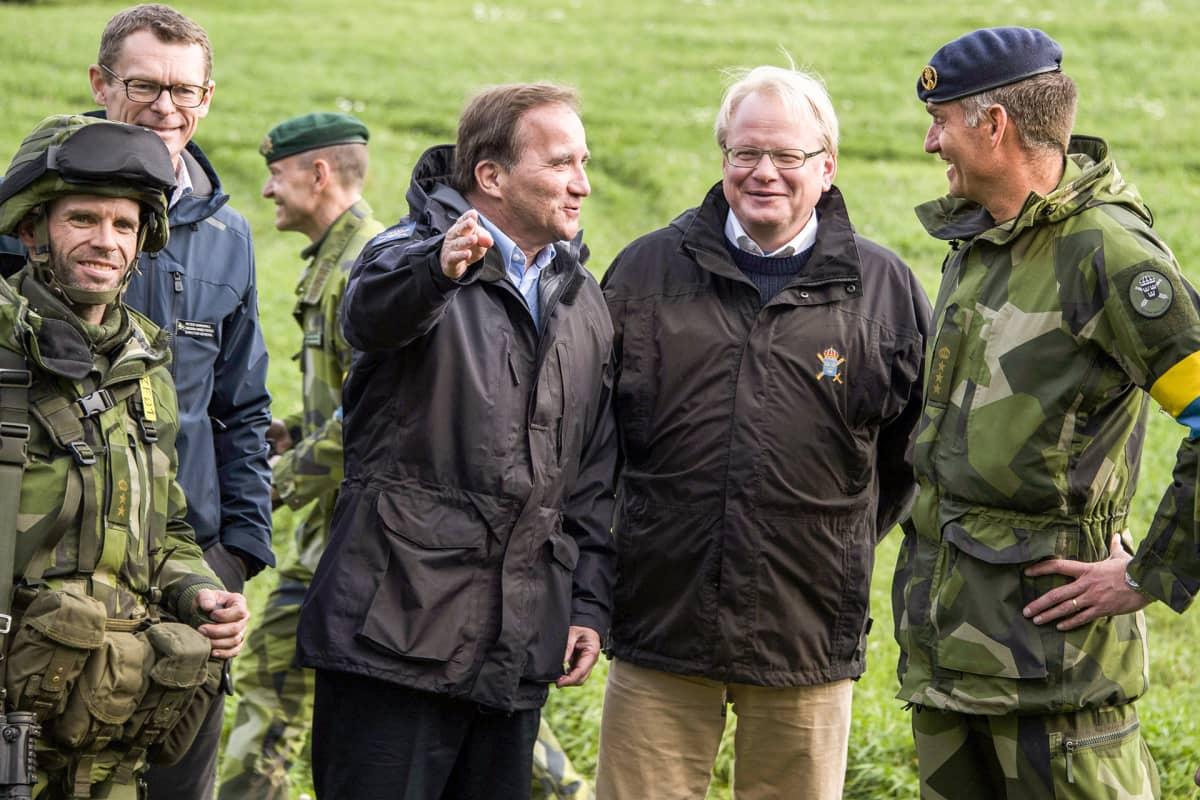 Stefan Löfven ja Peter Hultqvist sotilaiden kanssa