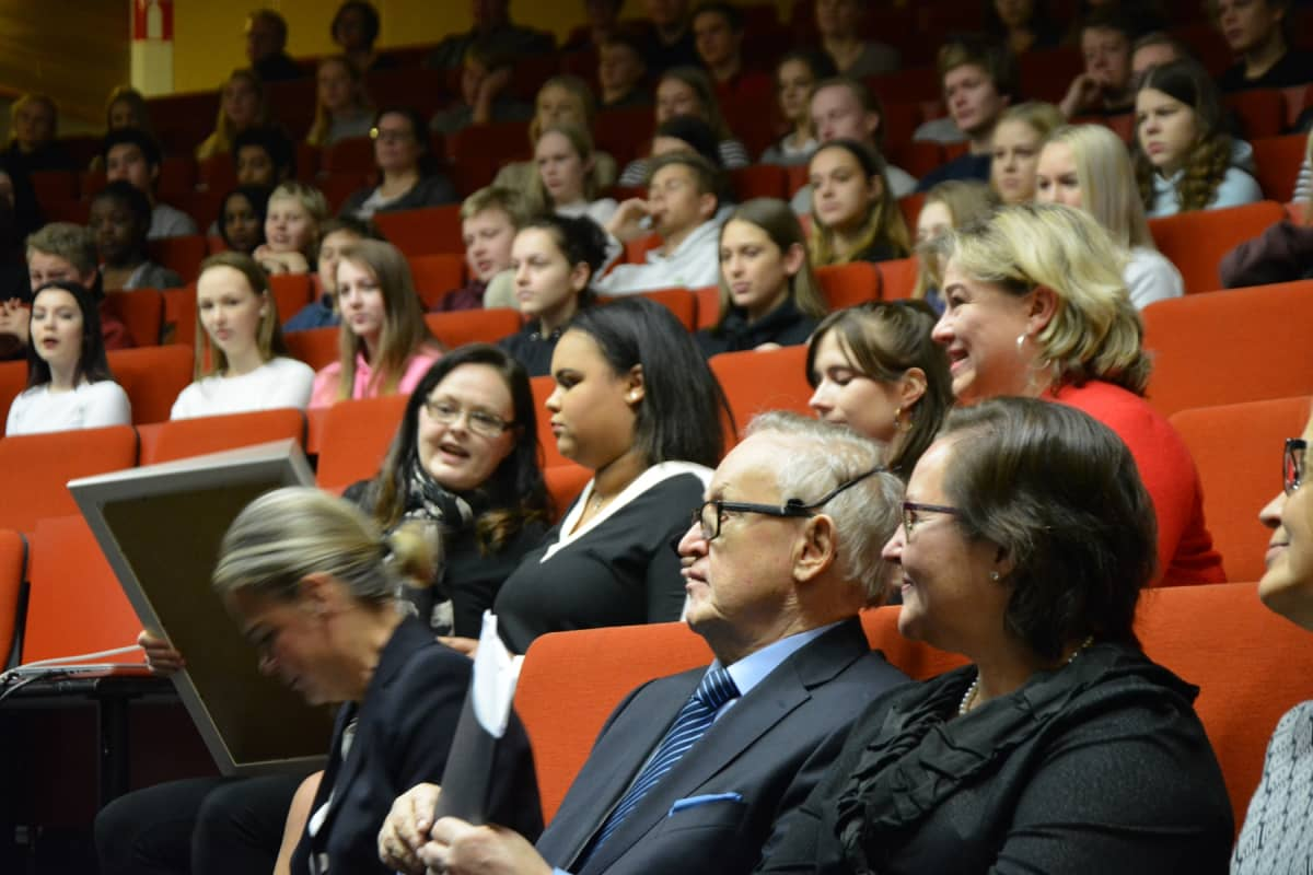 Prseidentti Ahtisaari Variskan koululla auditoriossa