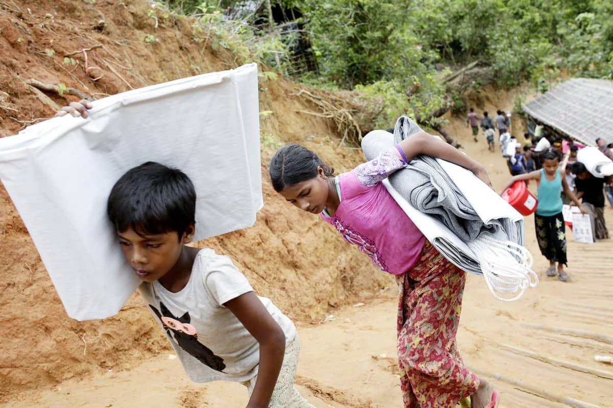 Rohingyan lapset kantavat tavaraa Thangkhali-leirillä lokakuussa.