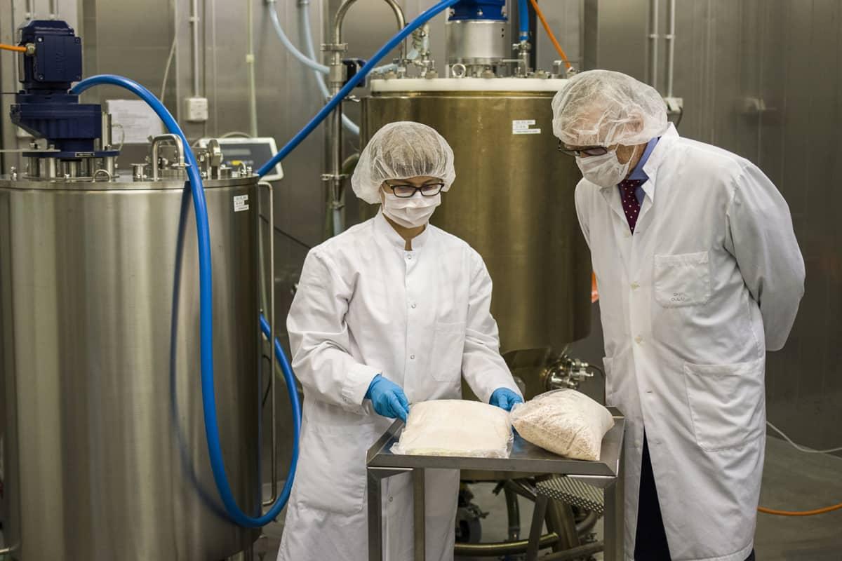 BBS-yhtiön tuotantojohtaja Hanna Tölli ja toimitusjohtaja Pekka Jalovaara ovat valmiita aloittamaan luuimplantin tuotannon Reisjärven tehtaalla.
