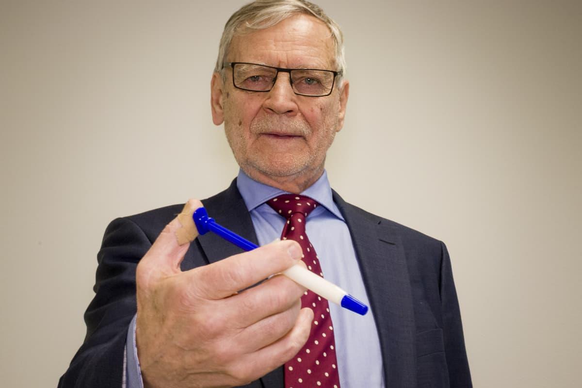 Toimitusjohtaja Pekka Jalovaara on kehittänyt pitkään poronluuhun perustuvaa luunkorviketta.