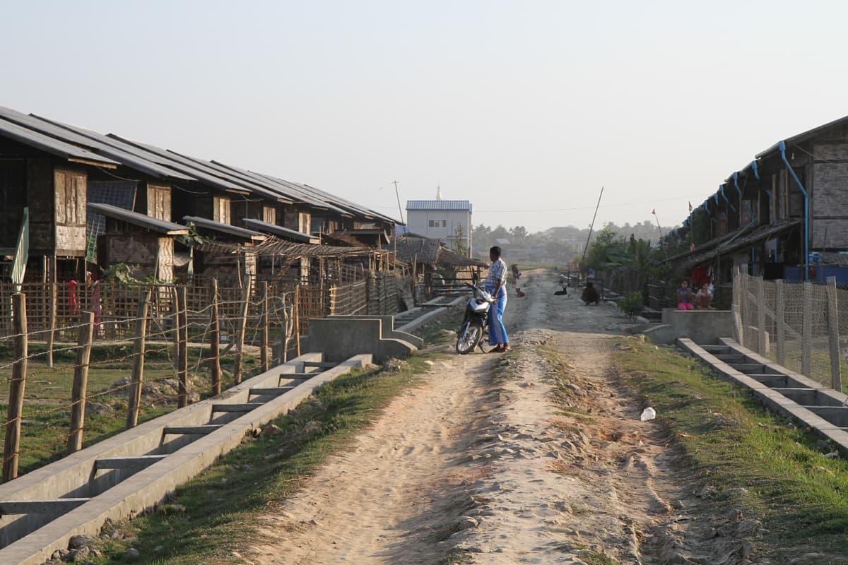 Amnesty Internationalin mukaan Myanmar on apartheidvaltio, jossa muslimivähemmistön oikeuksia poljetaan valtion politiikalla. Rohingyamuslimit eivät saa liikkua buddhalaisväestön keskuudessa ja heiltä on kielletty kansalsisuus lainsäädännöllä.