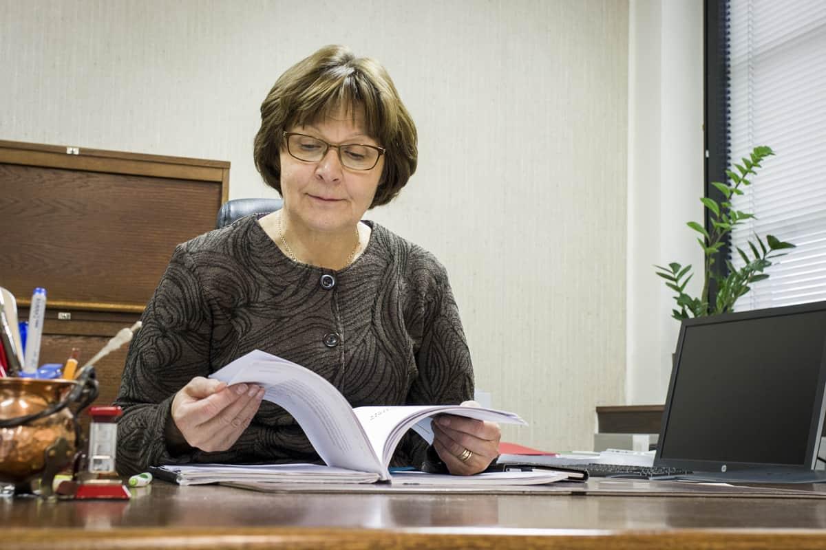Reisjärven kunnanjohtaja Raija Potila odottaa hyvillä mielin mahdollisia uusia työpaikkoja Reisjärvelle.