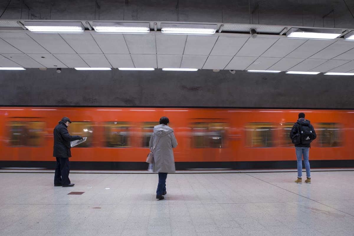 Länsimetro saapuu Kampin asemalle.