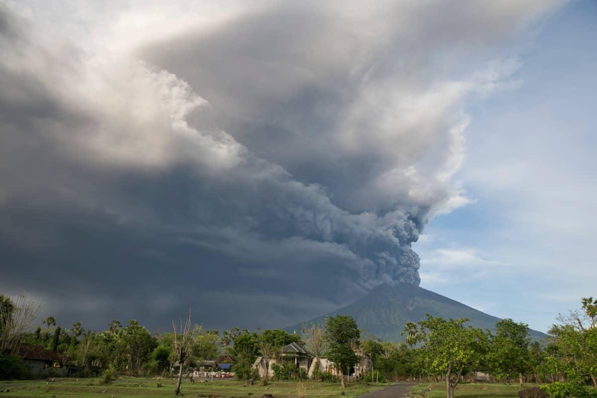 Kuvassa harmaa, valtava tuhkapilvi tulivuoren ympärillä.