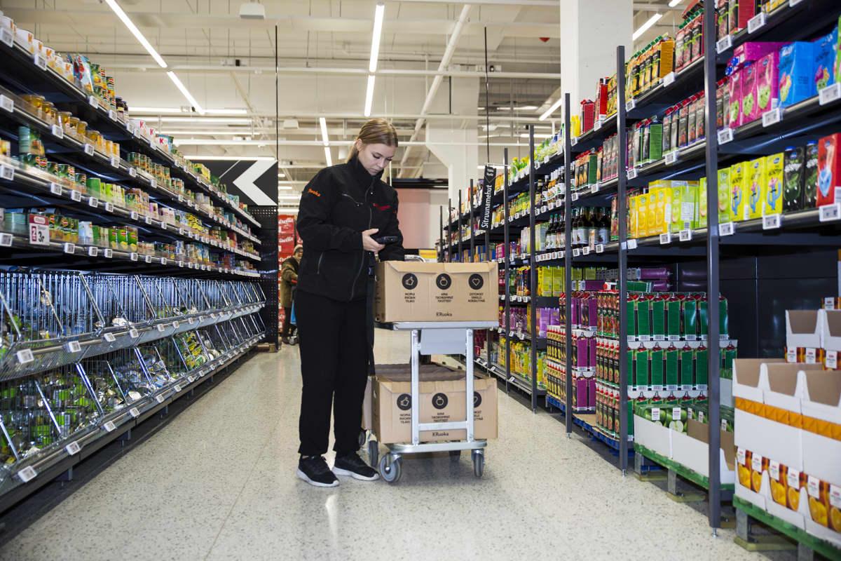 Työntekijä pakkaa verkkokaupasta tilattuja ostoksia Citymarket Eastonissa