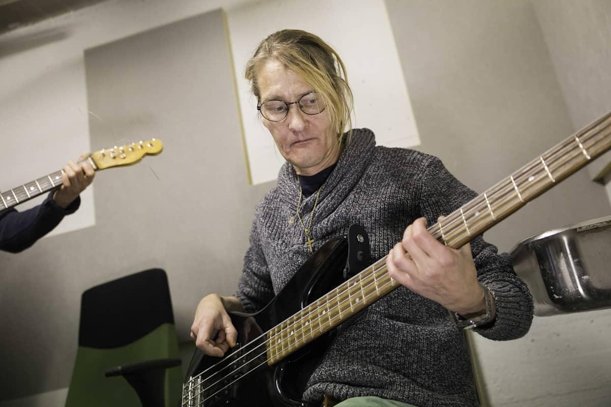 Hannu Kalliokoski soittaa bassoa soittotunnilla.