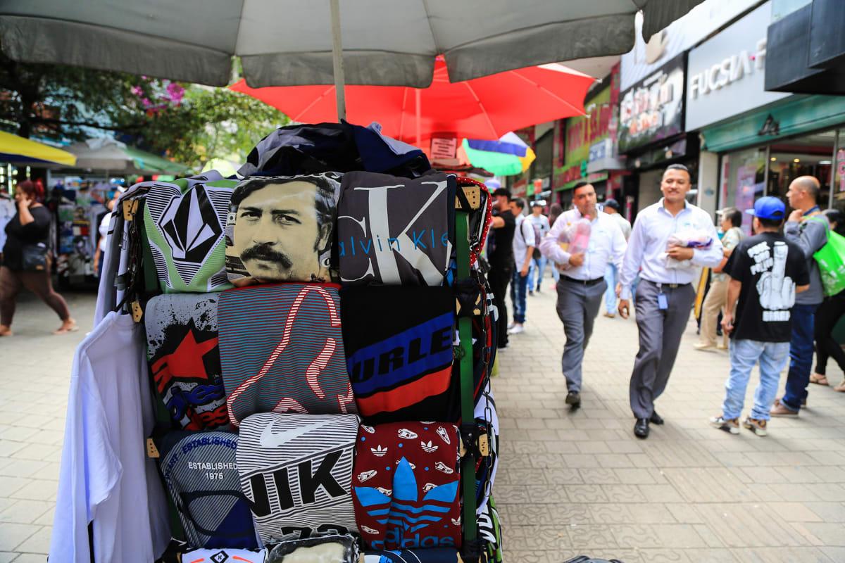 Pablo Escobar-paitoja löytyy useasta kojusta Medellínin keskustasta.